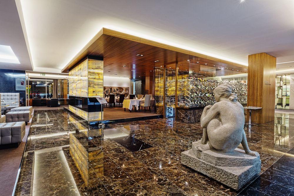 Hotel International, Siesta lobby a Wine restaurant