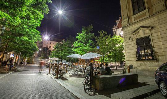 Moravské náměstí v Brně v noci.
