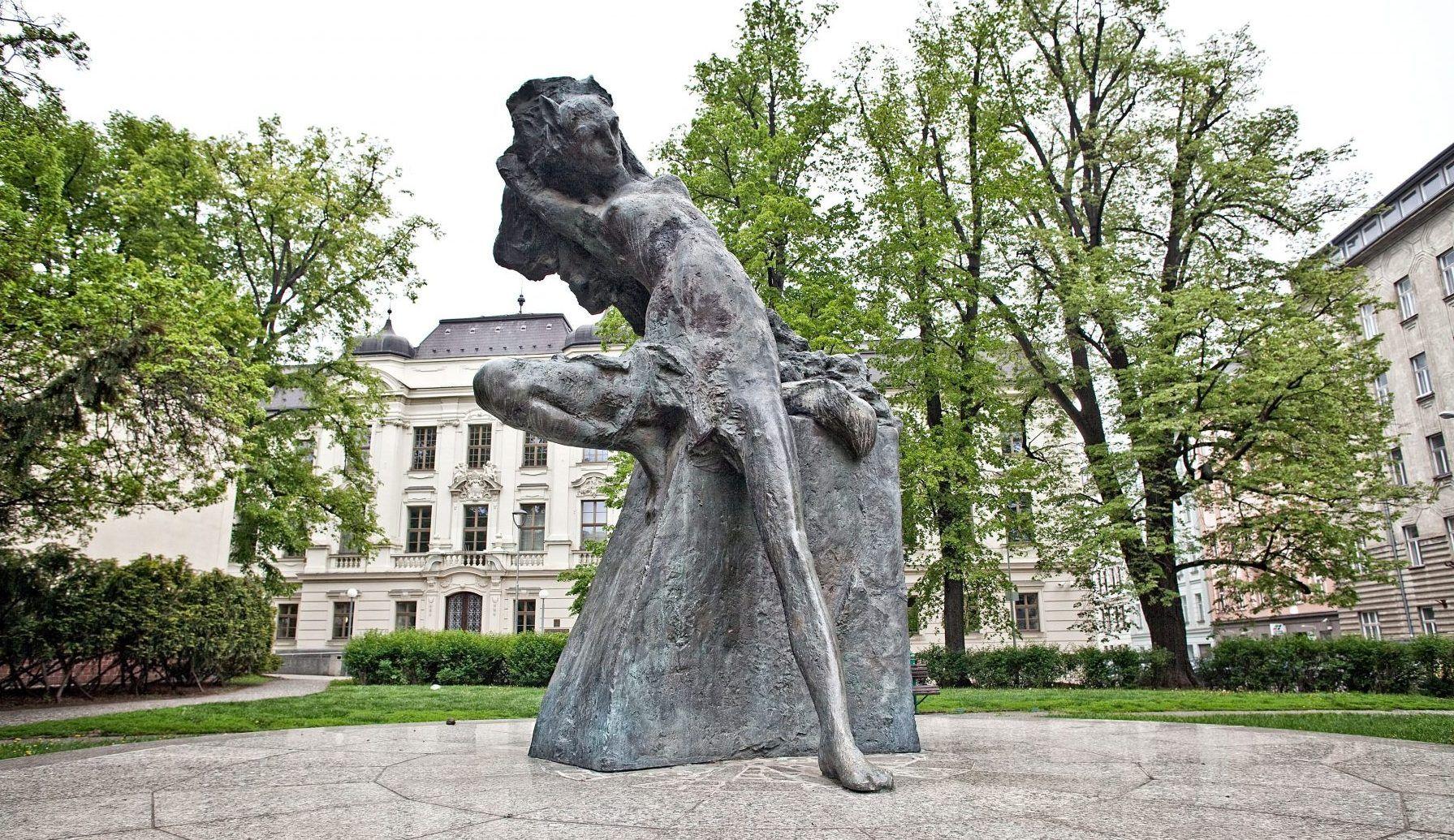 socha Jiří Marek: Liška Bystrouška (Janáčkovo náměstí) v Brně