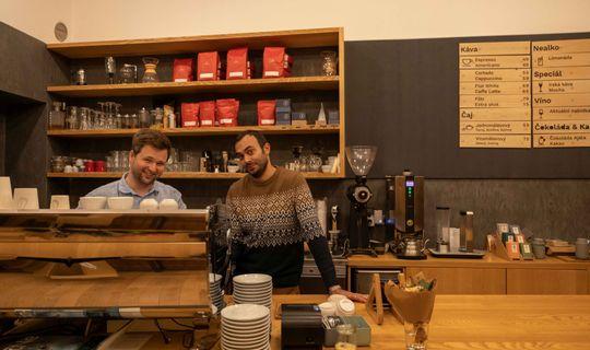 Monogram Espresso Bar - Adam Neubauer a herec Roman Blumaier