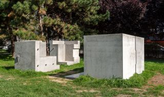 Socha věnovaná architektu A. Loosovi, M. Růžička